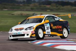 Paul ONeill is racing in the HiQ MSA British Touring Car Championship with Sunshine.co.uk in 2009